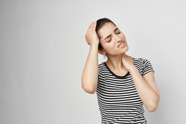 Kobieta trzymająca głowę migrena depresja jasne tło