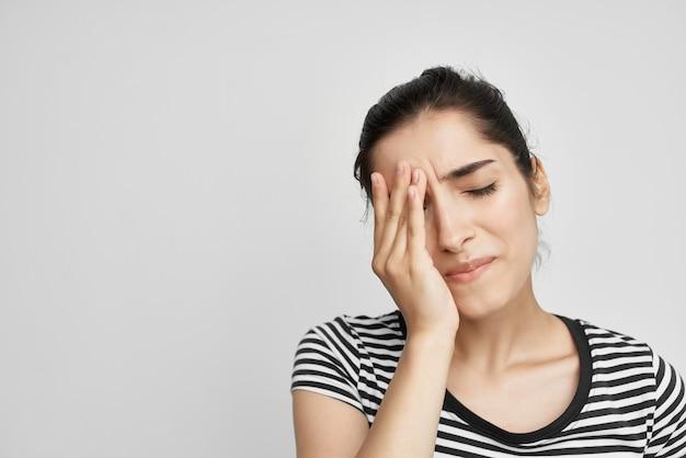 Kobieta trzymająca głowę migrena depresja lekkie tło