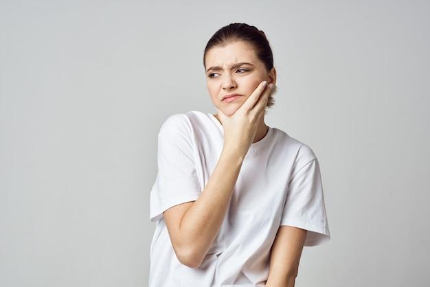 Kobieta trzymająca głowę stres emocje dyskomfort ból zbliżenie