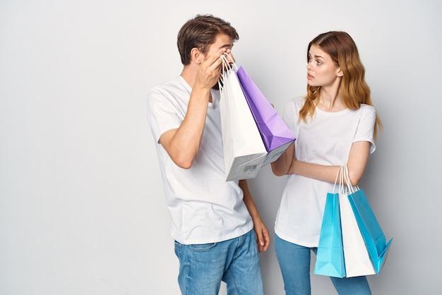 Kobieta trzymająca mężczyznę za kołnierz robi zakupy emocji