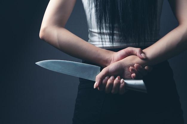 Kobieta trzymająca nóż od tyłu