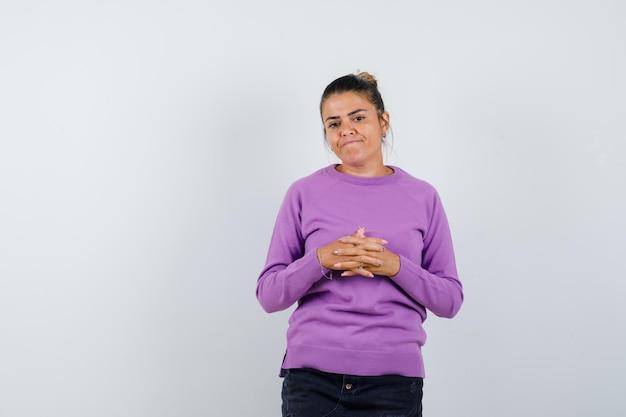 Kobieta Trzymająca Palce Splecione W Wełnianą Bluzkę I Wyglądająca Na Rozczarowaną Darmowe Zdjęcia