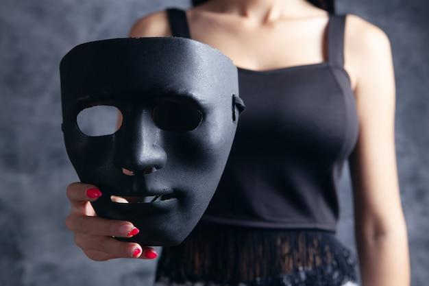 Kobieta trzymająca plastikową maskę