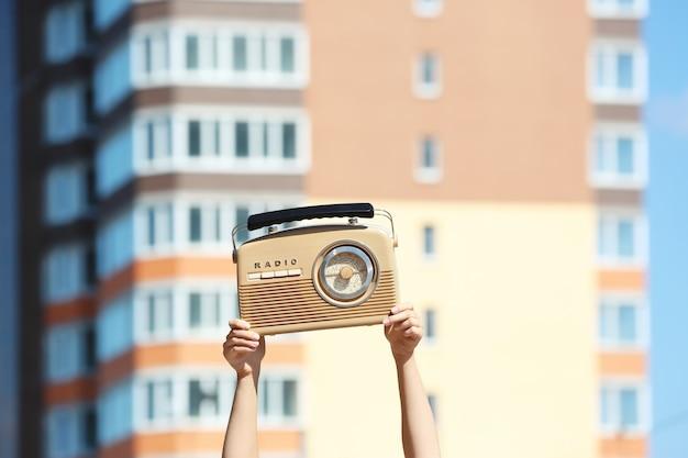 Kobieta trzymająca radio, na zewnątrz