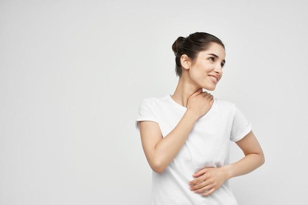 Kobieta trzymająca się na szyi opieki zdrowotnej na białym tle
