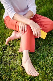 Kobieta trzymająca smartfona spędzająca czas na łonie natury