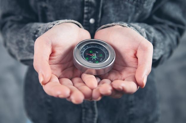 Kobieta trzymająca w dłoni kompas