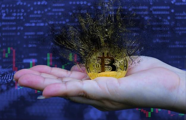Kobieta trzymająca złotego, złotego bitcoina, który pęka, rozpada się na fragmenty