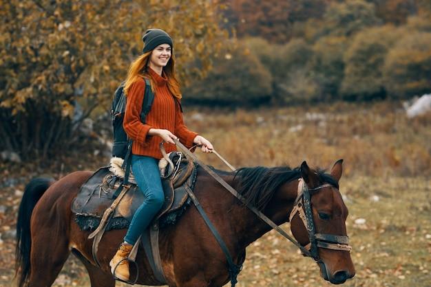 Kobieta turysta jazda konna góry krajobraz podróż przygoda