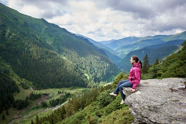 Kobieta turysta na skale