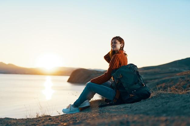 Kobieta turysta na zewnątrz krajobraz gór skalistych podróży