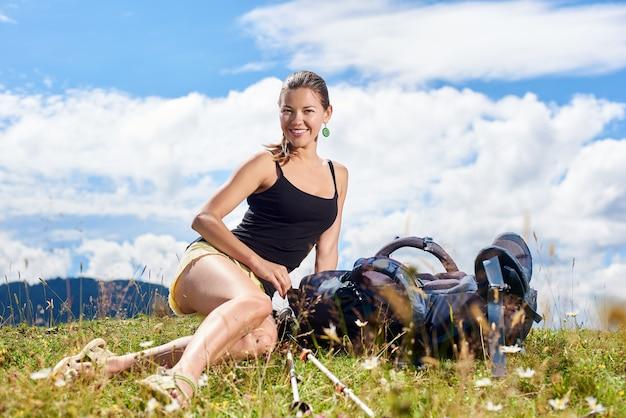 Kobieta turysta oa szlak górski