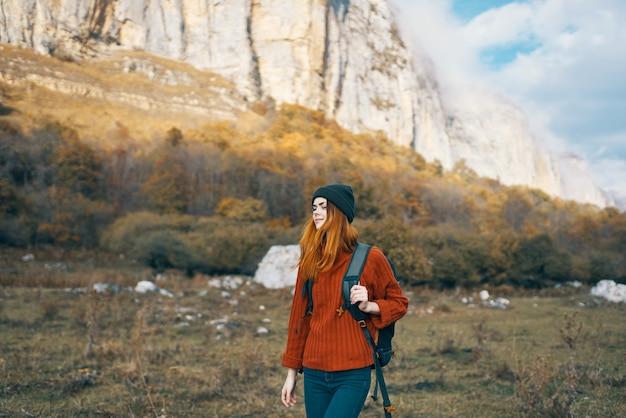 Kobieta turysta po górach spacer plecak podróż przygoda