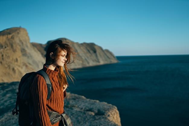 Kobieta turysta podróżuje do skalistych gór wolność świeżego powietrza