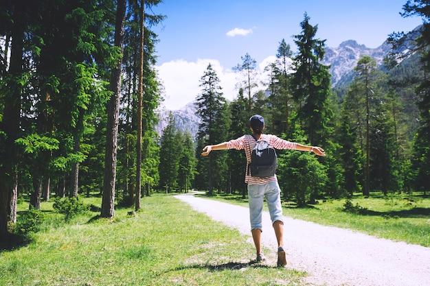 Kobieta turysta relaks na świeżym powietrzu na łonie natury podróż w dolomitach włochy europa wakacje letnie