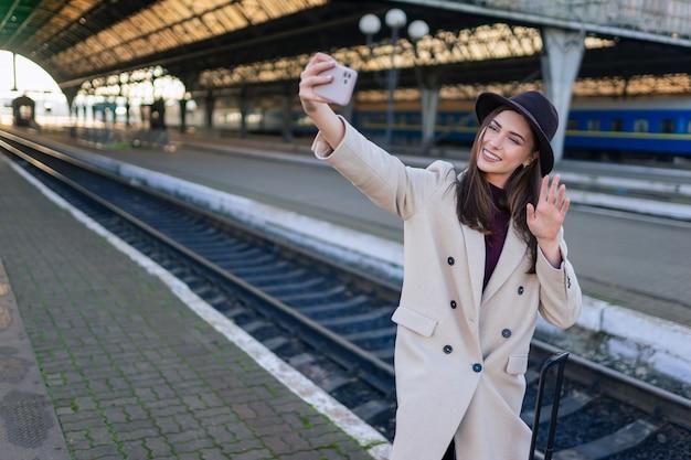 Kobieta turysta rozmawia na rozmowę wideo