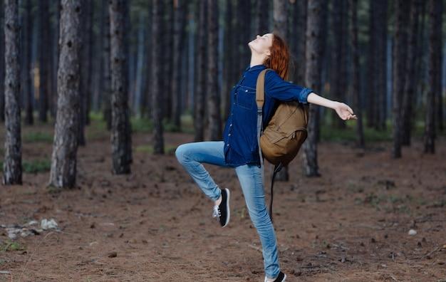 Kobieta turysta spacer natura plecak wakacje przygoda