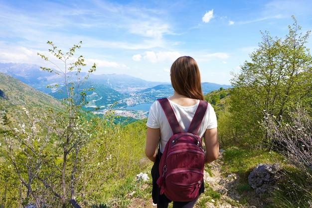 Kobieta turysta trekking po górach z widokiem z belwederu