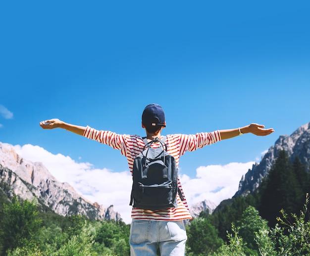 Kobieta turysta z podniesionymi rękami na zewnątrz widok z tyłu podróż w dolomitach włochy europa