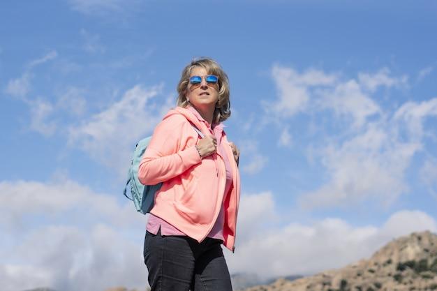 Kobieta turystka spacerująca i ciesząca się świeżym powietrzem?