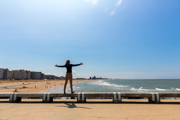 Kobieta turystyczna na plaży miejskiej, wybrzeże morza, europa. turystyka letnia i podróże, znane i lubiane miejsca na wakacje lub wakacje or