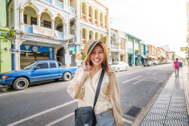 Kobieta turystycznych na ulicy phuket stare miasto z budynkiem sino portugalska architektura na obszarze starego miasta phuket phuket, tajlandia.