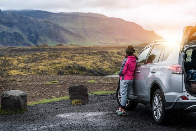 Kobieta turystycznych podróży samochodem suv w islandii.