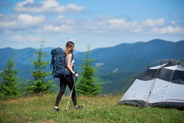 Kobieta turystycznych w pobliżu namiotu