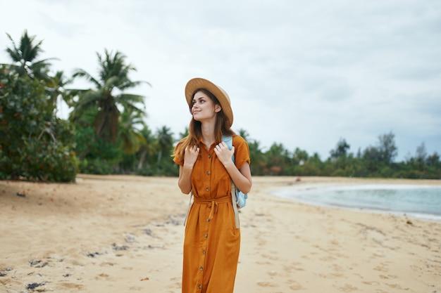 Kobieta turystyki podróży z plecakiem