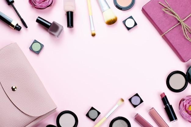 Kobieta tworzą produkty i akcesoria na pastelowym tle