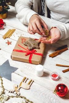 Kobieta tworzy stylowe prezenty świąteczne