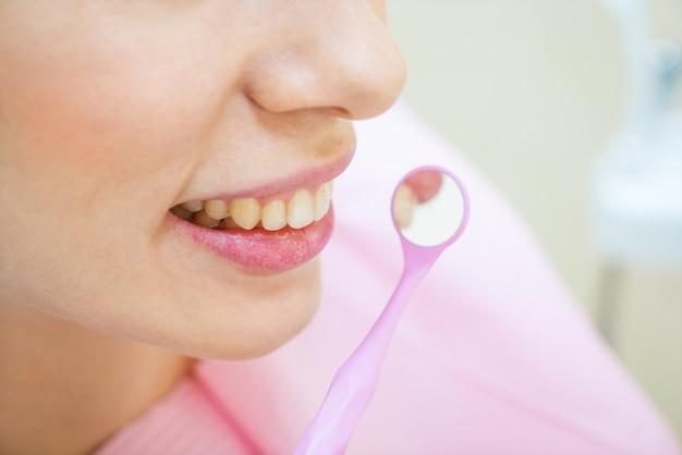 Kobieta u dentysty w profilaktyce stomatologicznej