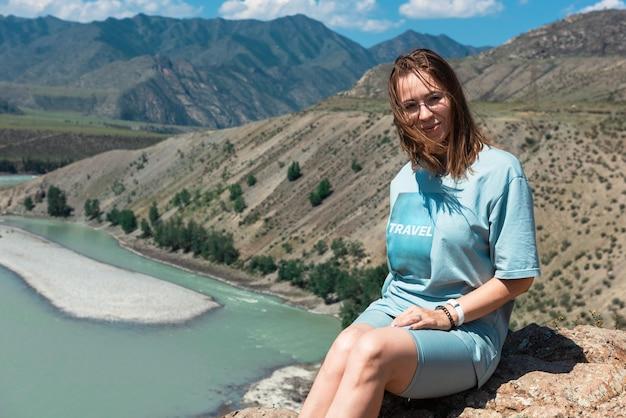 Kobieta u zbiegu dwóch rzek katun i chuya w górach ałtaj, piękna letni dzień