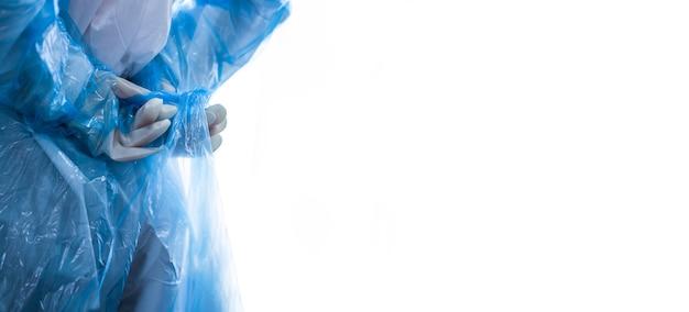 Kobieta ubierająca śoi (środki ochrony osobistej) do pracy z pacjentem z oddziału covid 19 i pacjentem o wysokim ryzyku