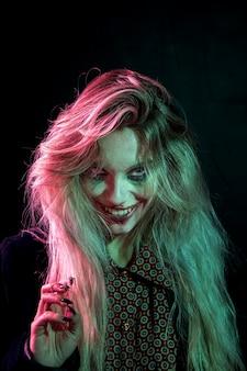 Kobieta ubrana jak joker patrząc przerażające na aparat