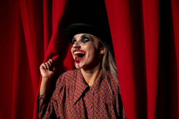 Kobieta ubrana jak szalony klaun śmieje się