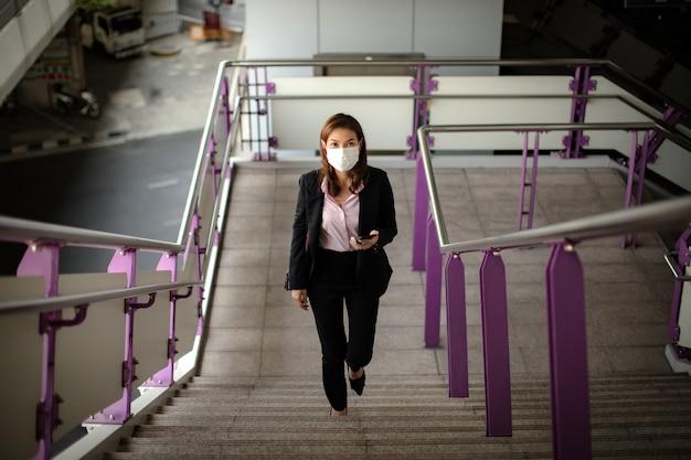 Kobieta ubrana maska budzi się do pracy.