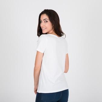 Kobieta ubrana w białą koszulkę