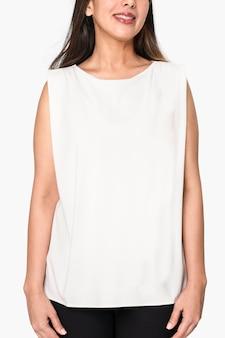 Kobieta ubrana w biały podkoszulek
