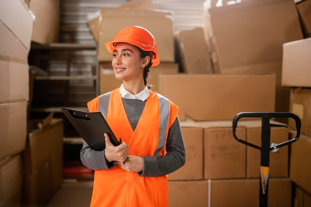Kobieta ubrana w czapkę ochronną w pracy