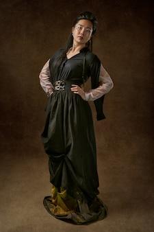 Kobieta ubrana w czarną sukienkę