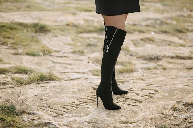 Kobieta ubrana w czarne klasyczne buty
