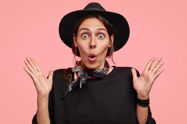 Kobieta ubrana w czarny stylowy kapelusz