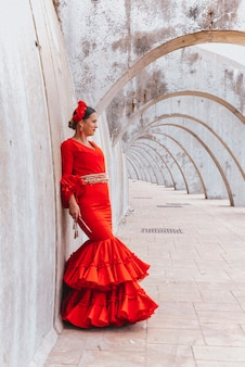 Kobieta ubrana w czerwony taniec flamenco w maladze