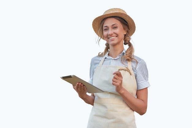 Kobieta ubrana w fartuch z cyfrowym tabletem na białym tle kaukaski w średnim wieku właścicielka firmy w mundurze