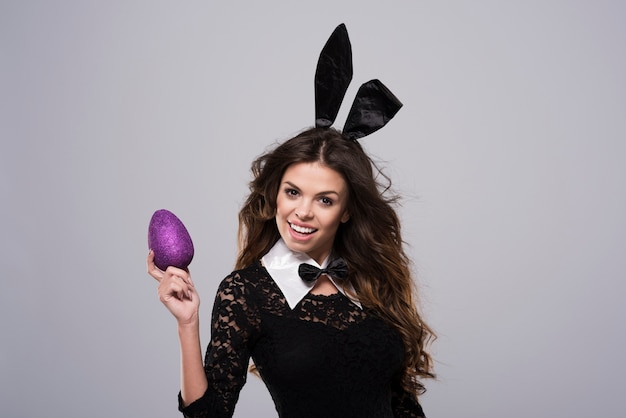 Kobieta ubrana w kostium sexy króliczka