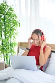 Kobieta ubrana w luźną odzież pracująca w domu, spotkanie online, rozmowa wideo, konferencja, zakupy online i nauka online