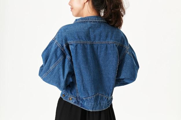 Kobieta ubrana w makietę kurtki jeansowej