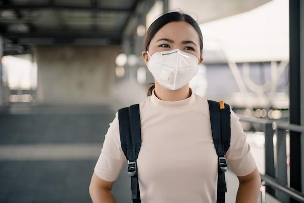 Kobieta ubrana w maskę n95