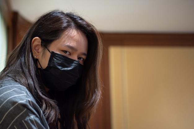 Kobieta ubrana w maskę ochronną